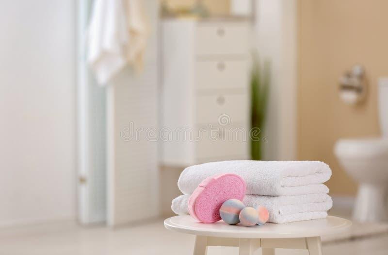 Saubere Tücher und Toilettenartikel lizenzfreie stockfotografie
