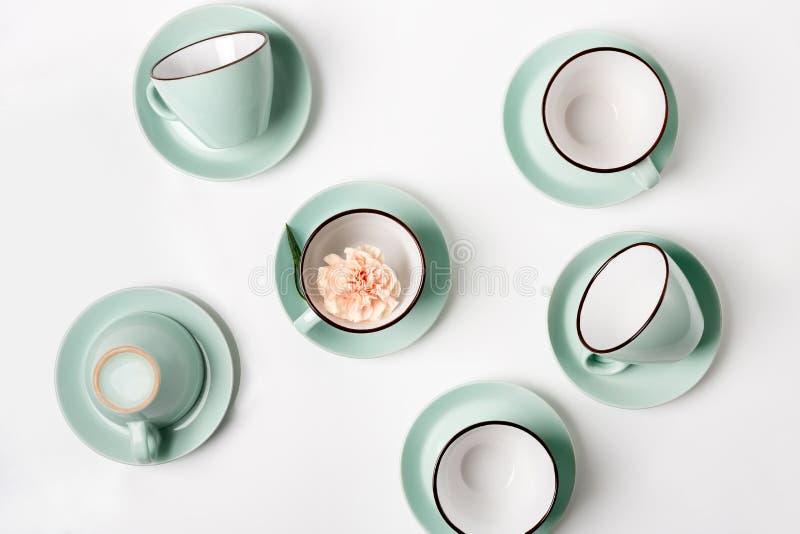 Saubere Teller-, Kaffee- oder Teeschalen eingestellt stockfotos