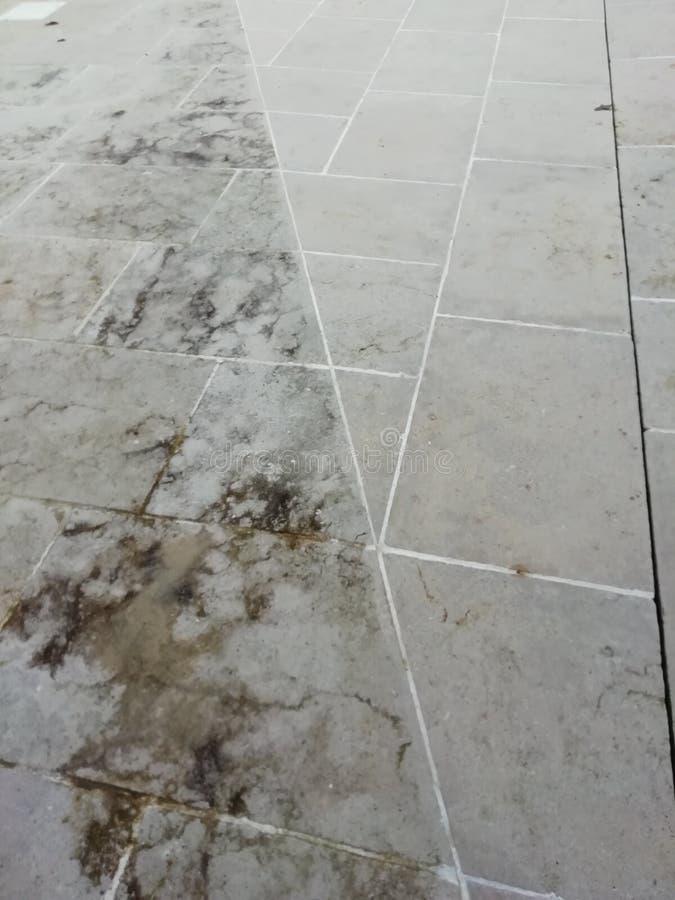 Saubere und schmutzige Patiopflasterung lizenzfreies stockbild