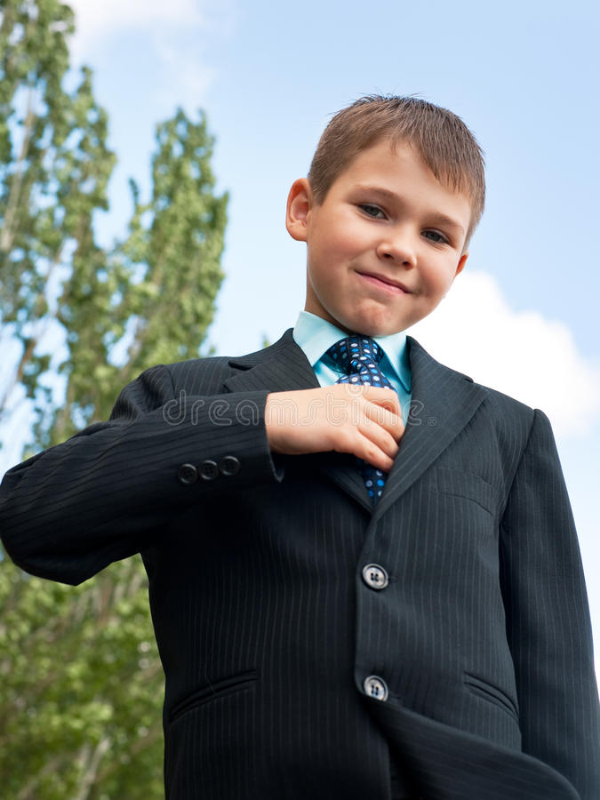 Sauberer Junge in der Klage lizenzfreie stockfotos