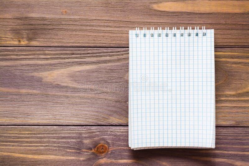 Sauberer offener Notizblock für das Schreiben auf ein gewundenes Bergblatt lizenzfreies stockfoto