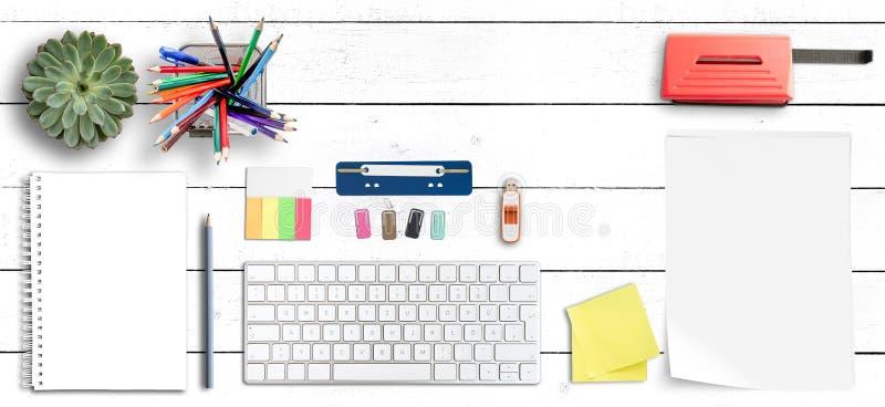 Sauberer sauberer Schreibtisch mit Computertastatur, Büroartikel und Spiralennotizbuch stockfoto
