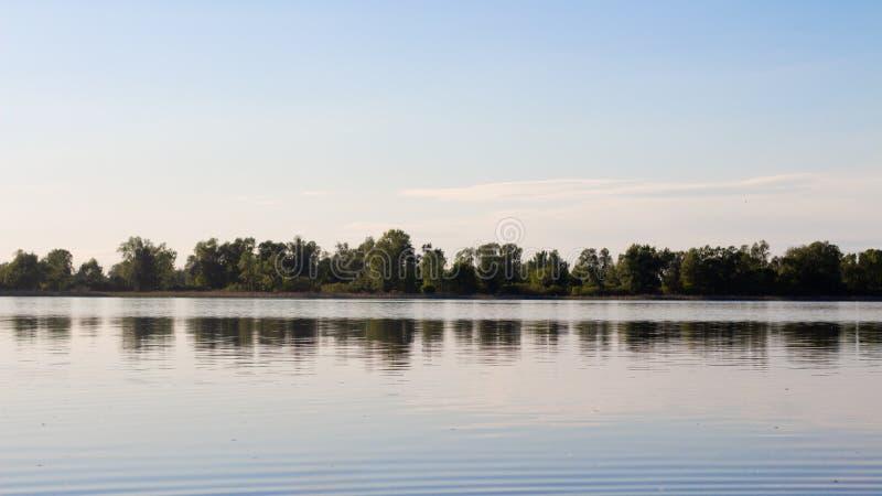 Sauberer und ruhiger Seeblick auf der anderen Seite lizenzfreies stockfoto