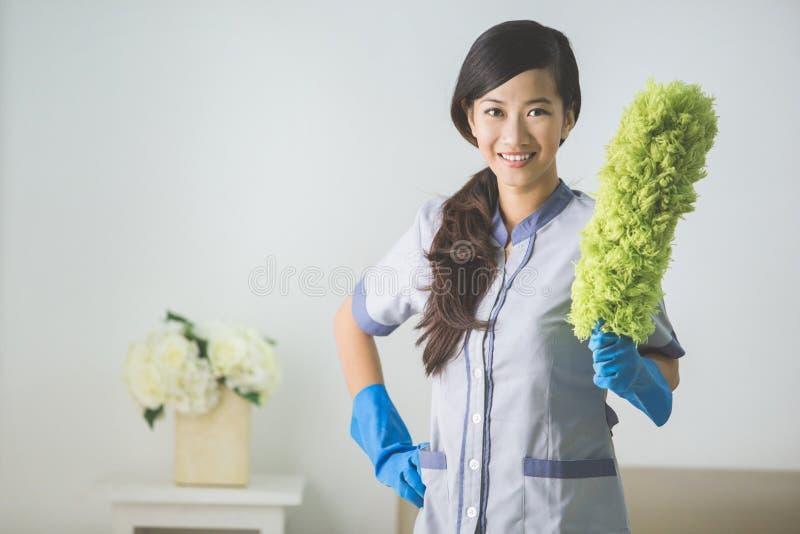 Sauberere Mädchenfrau mit Staubtuch stockfoto