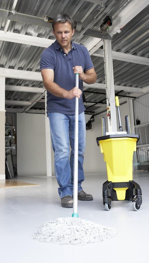 Saubererer wischender Bürofußboden stockfoto