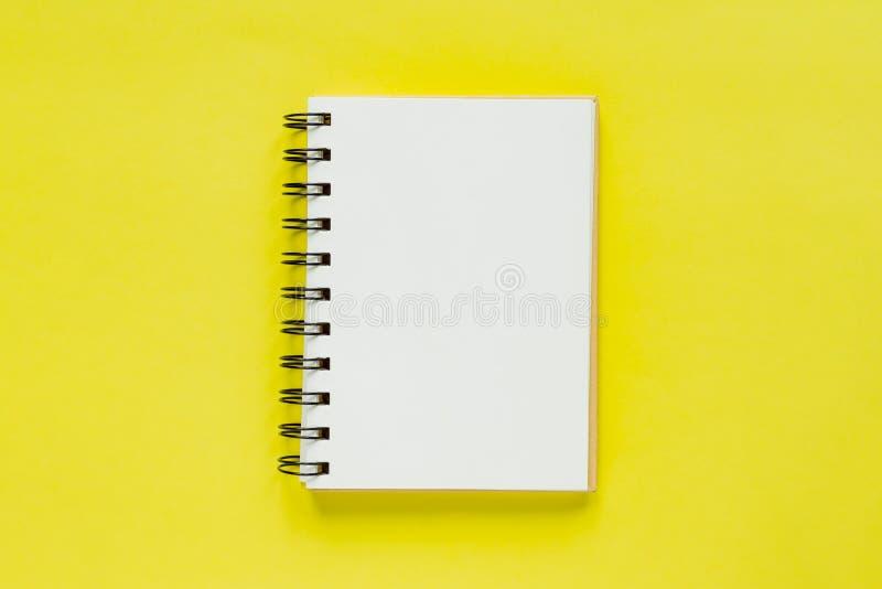 Sauberes Anmerkungsbuch für Ziele und Beschlüsse Modell f?r Ihr Design Gewundenes Anmerkungsbuch auf gelbem Hintergrund lizenzfreies stockbild