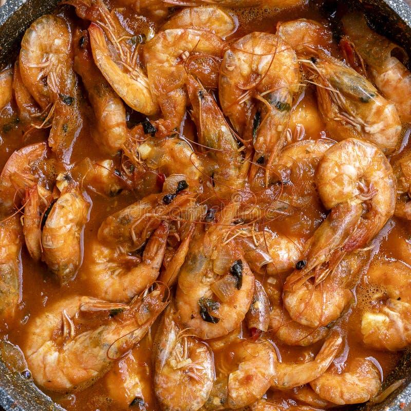 Sauce à cari frite de crevette avec l'ail et le poivre image libre de droits