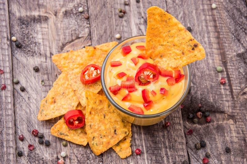 Sauce à fromage frais avec des Nachos photographie stock