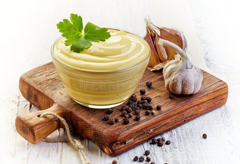 Sauce à mayonnaise sur la planche à découper en bois photo libre de droits