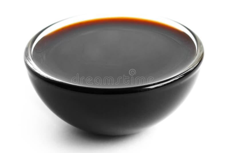 Sauce à soja dans le petit plat en verre Sur le blanc images stock