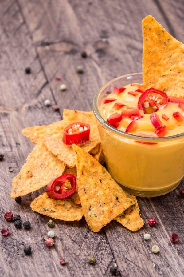 Sauce au fromage fraîche avec des Nachos image stock
