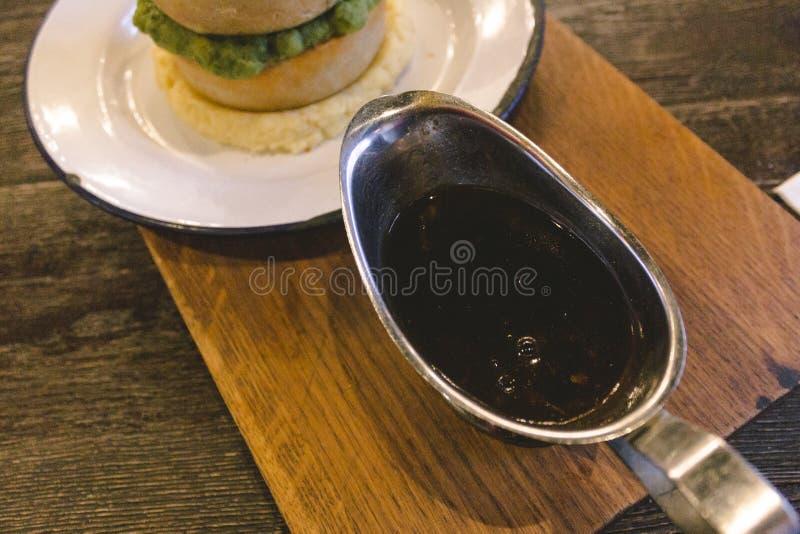 Sauce au jus délicieuse pour des tartes photographie stock libre de droits