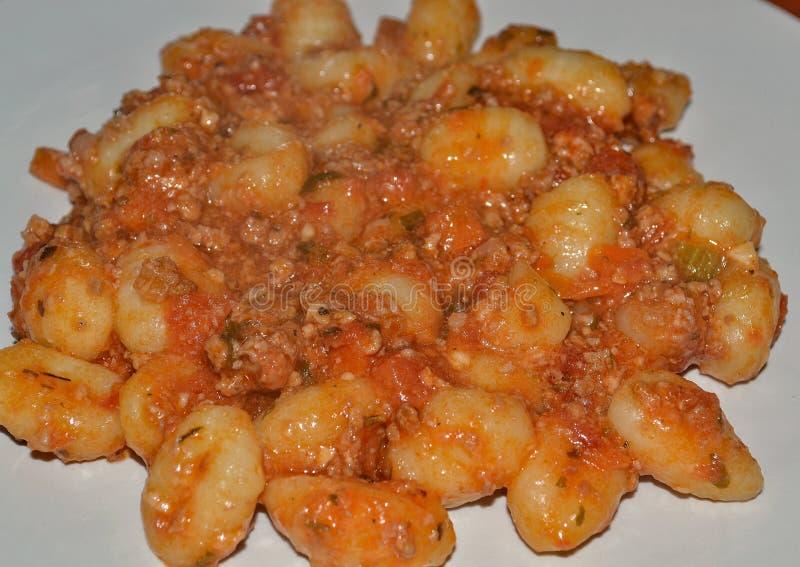 Sauce bolonaise à Gnocchi de pâtes, cousin italien image libre de droits