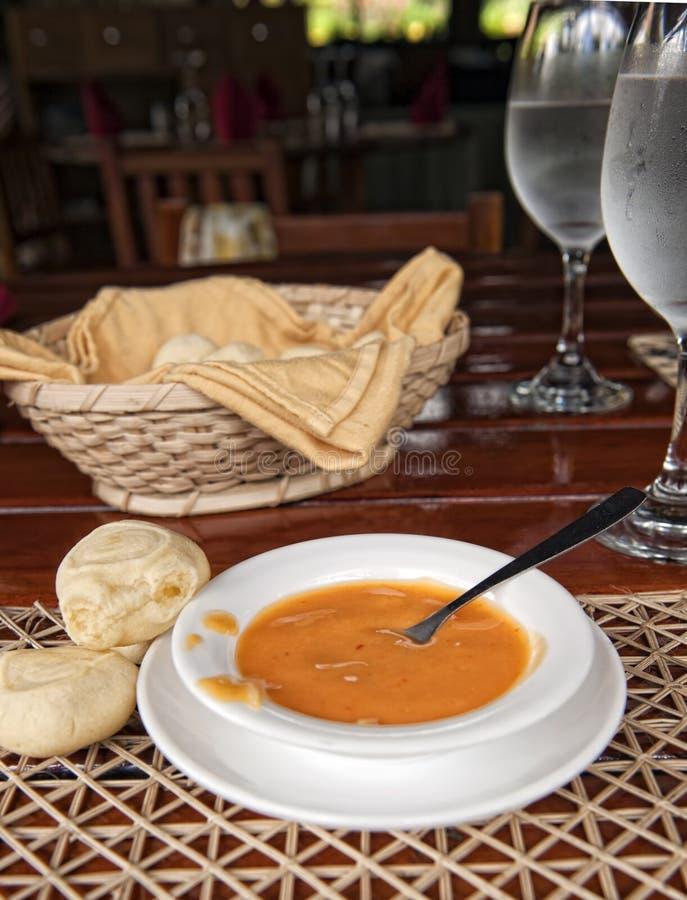 Sauce chaude à Ecuadorian et pain de yucca image libre de droits