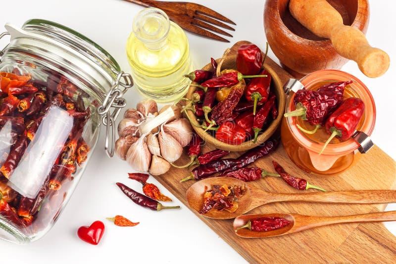 Sauce chili faite fraîche Poivrons rouges marinés avec les piments et l'ail Vente des épices Ingrédients de nourriture photographie stock