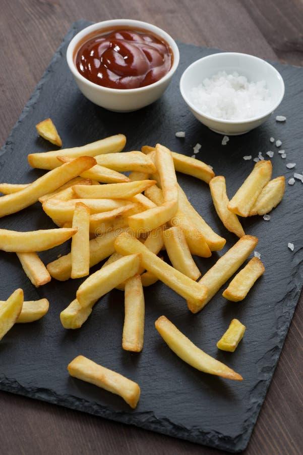 Sauce de friture de Fried French et tomate et sel sur un tableau noir images libres de droits
