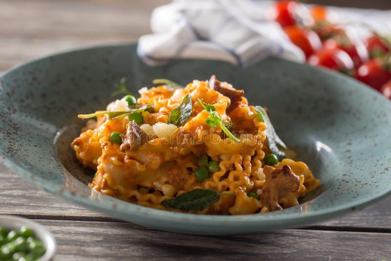 Sauce de pois de champignons de mafalde de pâtes et tomate italienne image libre de droits