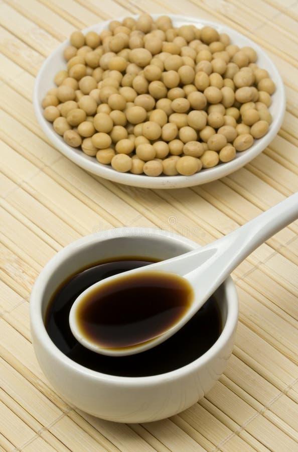 Sauce de soja et haricots photographie stock libre de droits