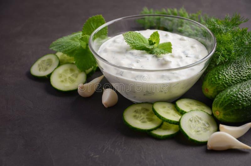 Sauce et ingrédients à Tzatziki Concombre et sauce et ingrédients frais à aneth photo libre de droits