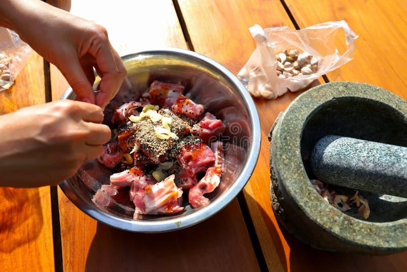 Sauce la côtelette marinée de nervure de porc dans des morceaux images stock