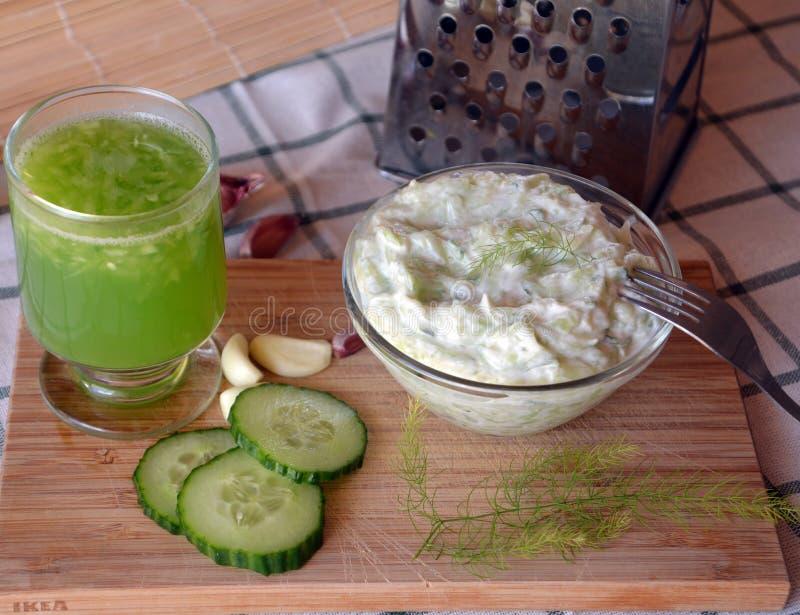 Sauce nouvellement préparée à tzatziki avec la boisson de concombre photographie stock libre de droits