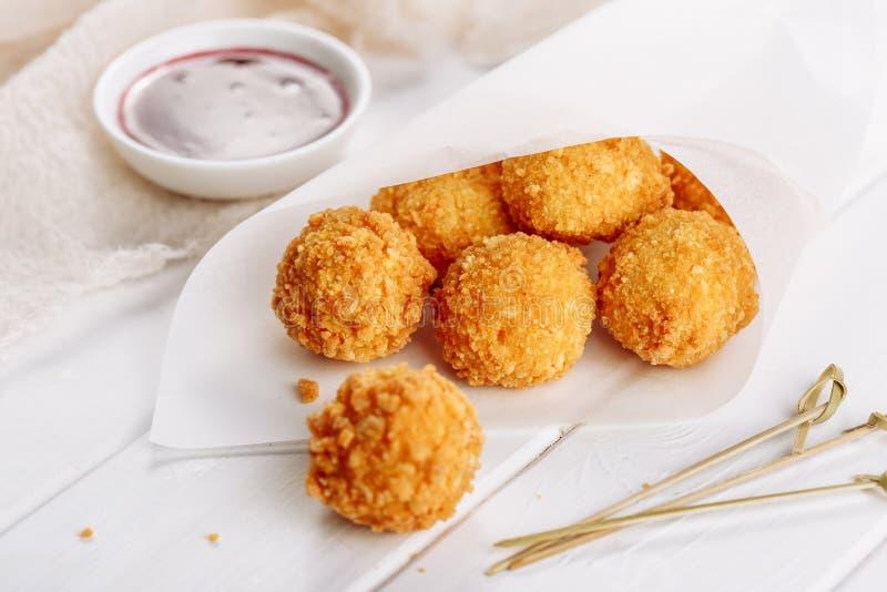 Sauce profonde à Fried Mozzarella Cheese Ball Cranberry photo stock