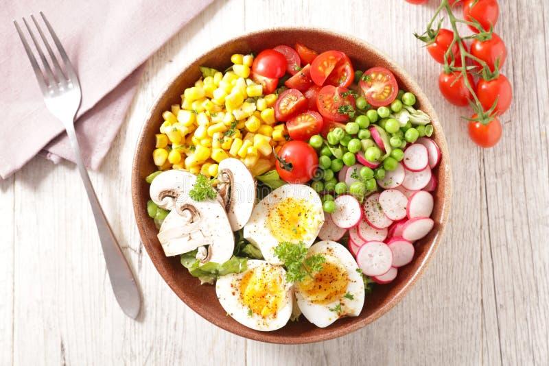 Sauce salade à la tomate, aux oeufs, au maïs, au radis et au pois images stock
