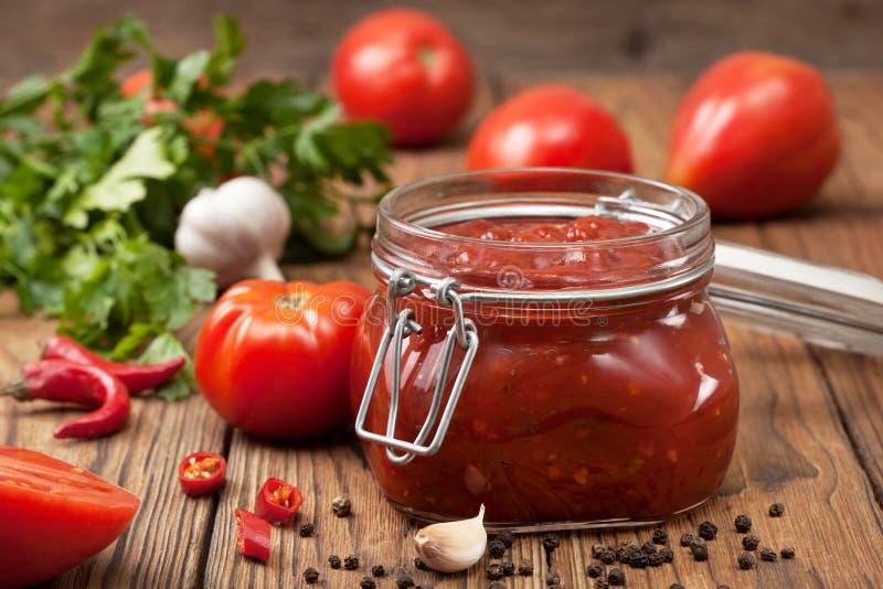 Sauce tomate dans un pot en verre image libre de droits