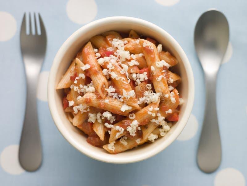 Sauce tomate de pâtes de Penne et fromage râpé image stock