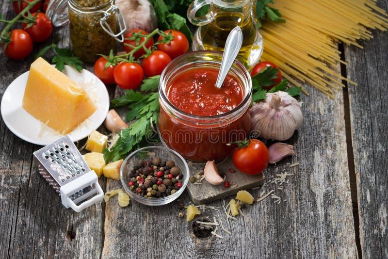 Sauce tomate et ingrédients sur un fond en bois, plan rapproché de vue supérieure photo libre de droits