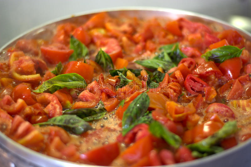 Sauce tomate faite maison images stock