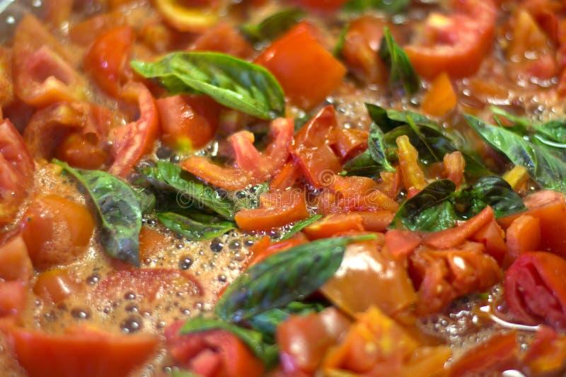 Sauce tomate faite maison image stock