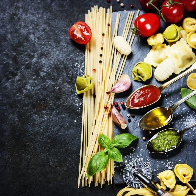 Sauce tomate, huile d'olive, pesto et pâtes photos libres de droits
