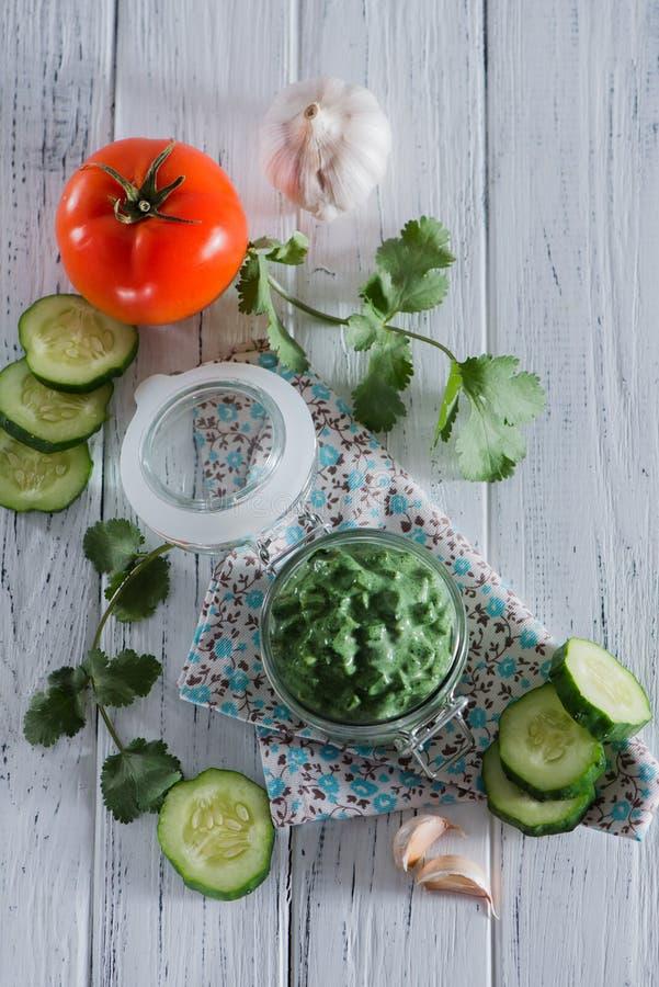 Sauce végétarienne Basilicate avec le concombre, la tomate, les herbes et l'ail frais sur un fond en bois clair Vue de ci-avant photos libres de droits