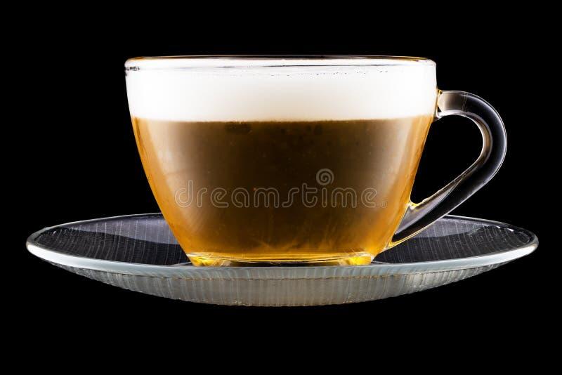 Saucer en thea Cup met bier geïsoleerd op zwarte achtergrond stock foto's