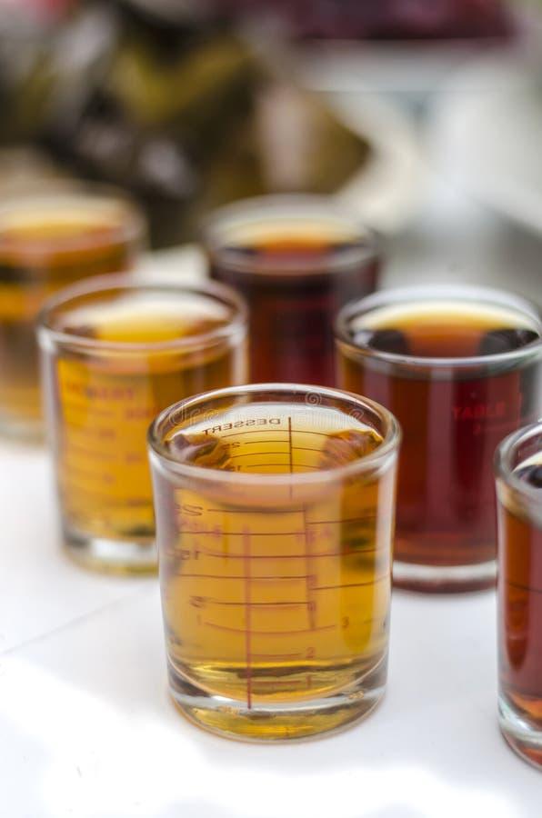Sauces dans la tasse de mesure en verre images stock