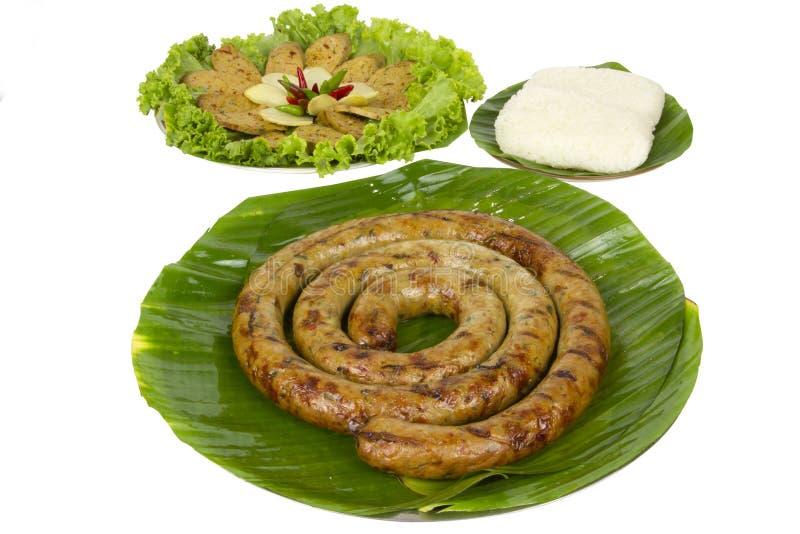 Saucisse épicée thaïlandaise grillée Sai Aua de Notrhern avec du riz collant sur le fond blanc de fond blanc avec le chemin c image stock