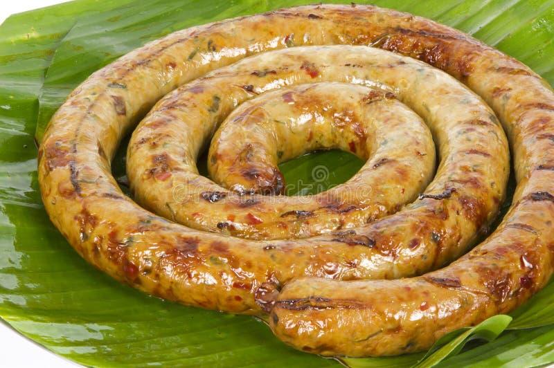 Saucisse épicée thaïlandaise grillée Sai Aua de Notrhern sur le fond blanc de fond blanc photographie stock libre de droits