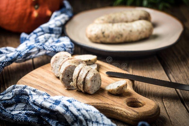 Saucisse blanche savoureuse coupée en tranches photos stock