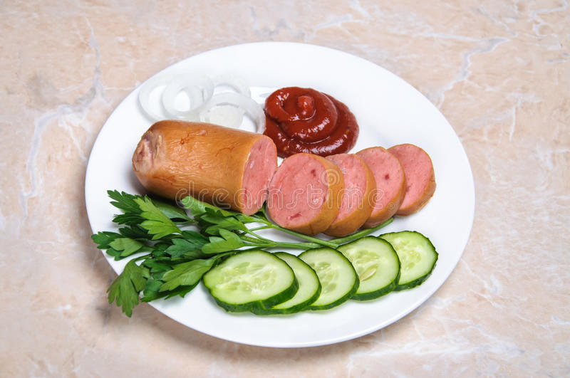 Saucisse bouillie et légumes découpés du plat photographie stock