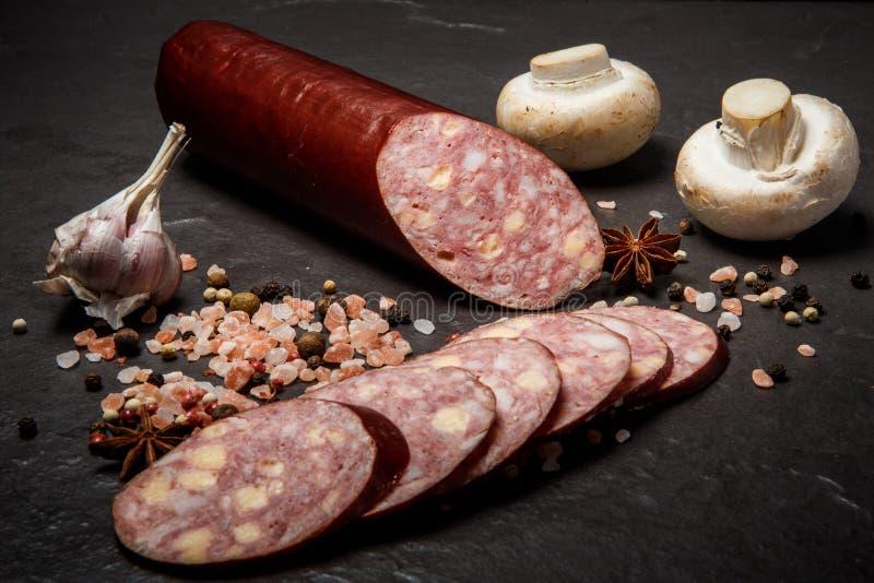 saucisse coupée en tranches d'été de cheddar de jalapeno avec l'ail et les champignons photos libres de droits