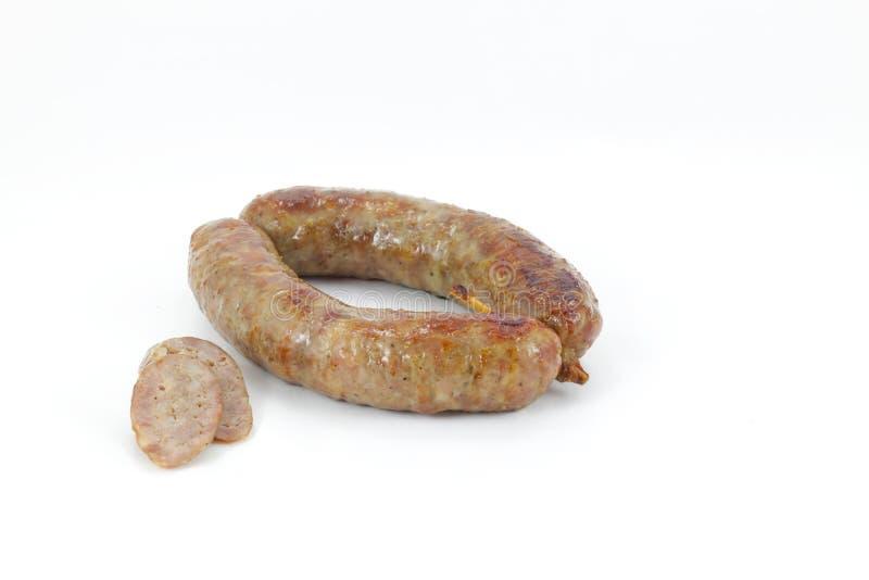 Saucisse cuite au four et coupée en tranches sur le blanc,   photo stock