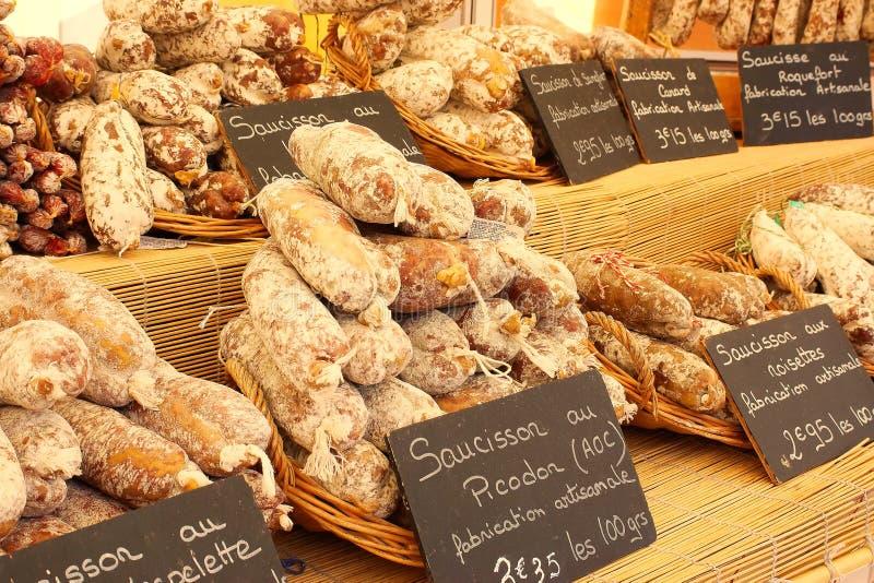 Saucisse d'artisan à vendre sur le marché, Provence, France. photographie stock libre de droits
