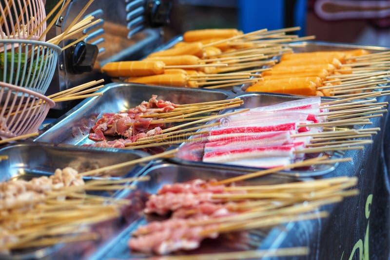 Saucisse de poulet de porc de boeuf de viande crue dans le bâton en bois photographie stock
