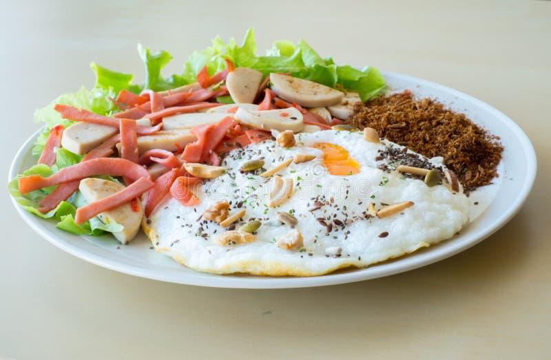 Saucisse de proc vietnamienne épicée et saucisse de Bologna avec l'oeuf au plat photographie stock libre de droits