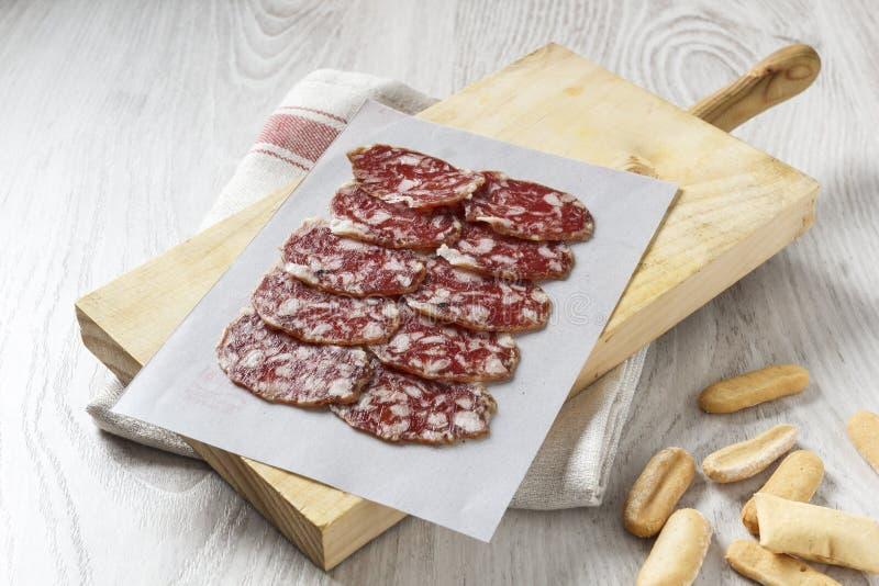 Saucisse espagnole ibérienne traditionnelle sur le conseil en bois image stock