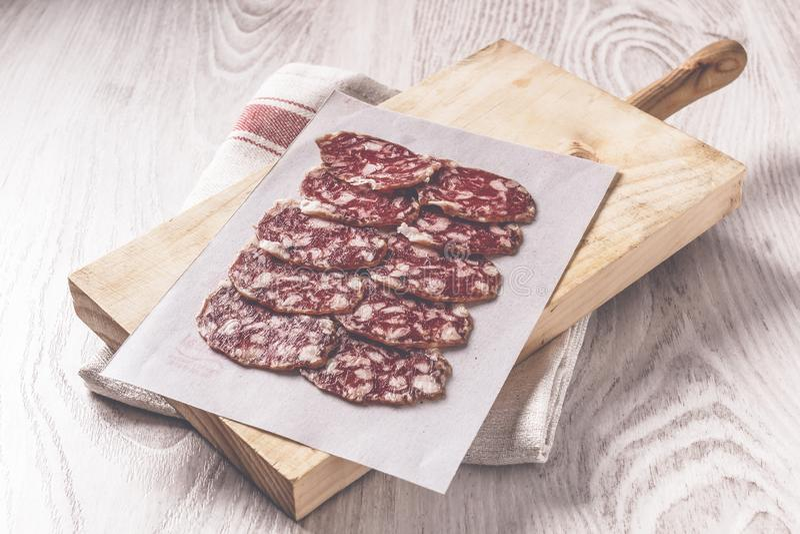 Saucisse espagnole ibérienne traditionnelle sur le conseil en bois photos libres de droits