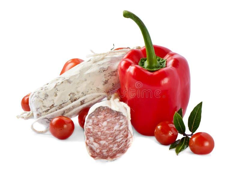 Saucisse et légumes italiens épicés de salami images libres de droits