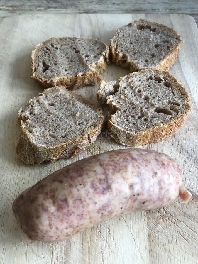 Saucisse fraîche italienne avec du pain noir pour un casse-croûte typique photographie stock libre de droits