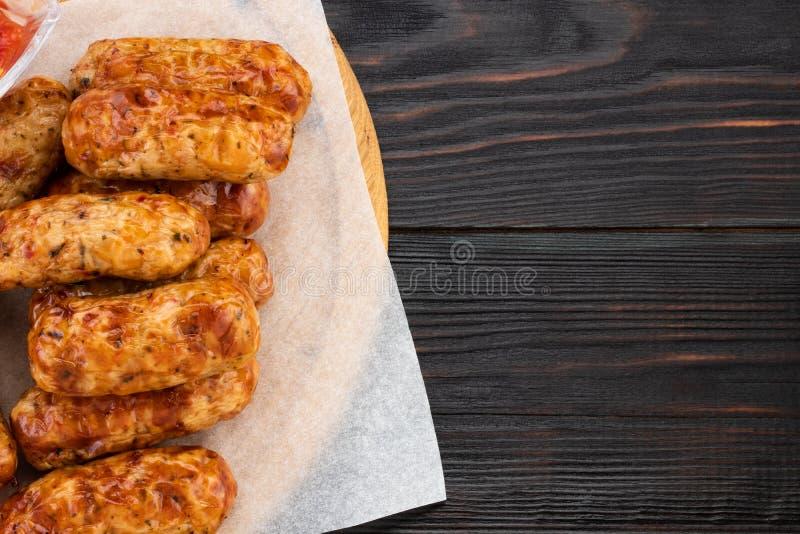 Saucisse grillée savoureuse sur le fond en bois Vue supérieure avec l'espace de copie photographie stock